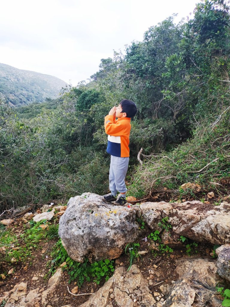 自然に触れて野生に帰る子供