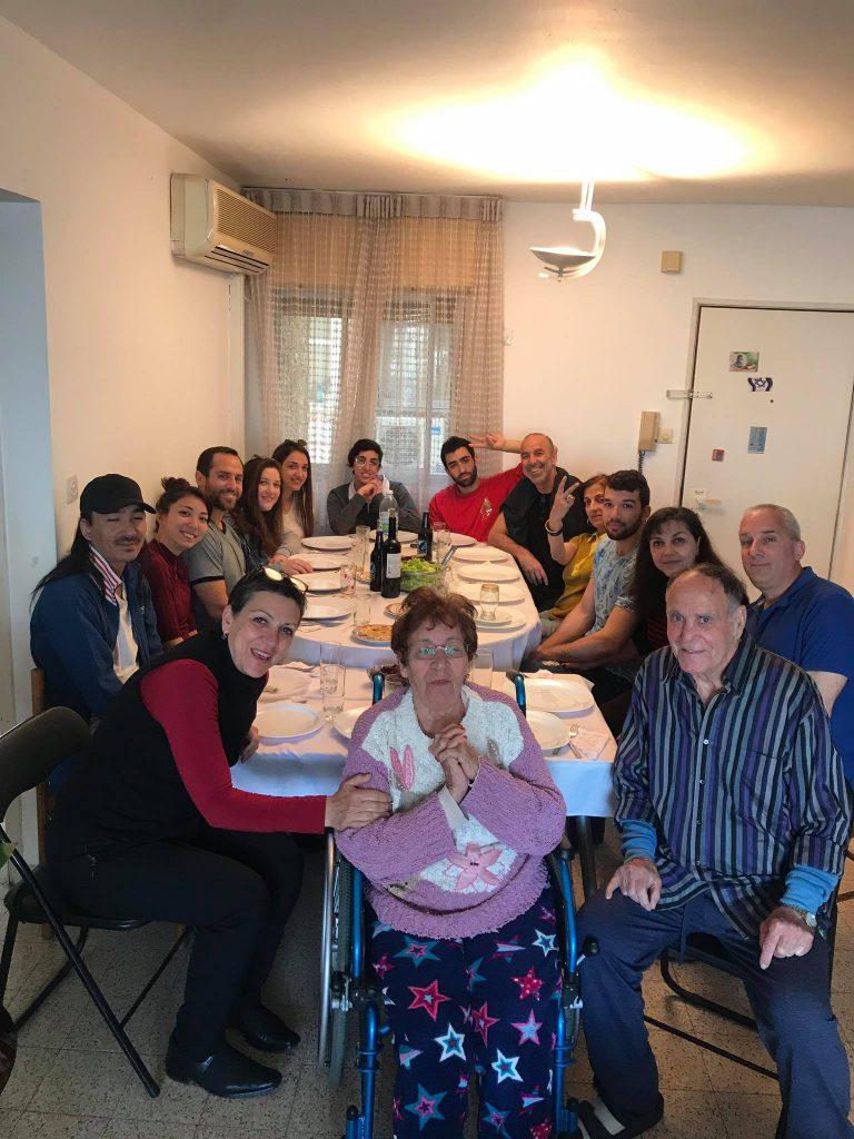 シャバットのお昼ご飯は親戚が集まり大人数でテーブルを囲む