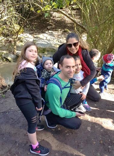 週末、ハイキングにでかけるエイナブさんと家族