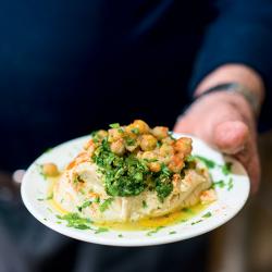 横断してゆく味 「フムスの道の上で」で読者が体験する、地元料理を通じた興味深い旅