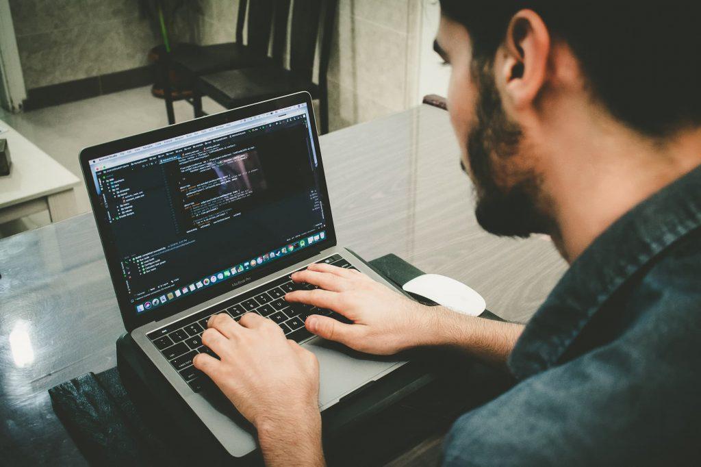 パソコンを扱う男性