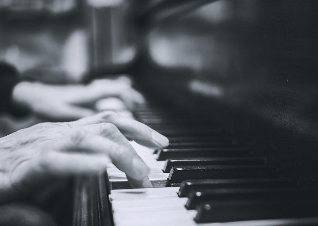ピアノをはじく手の写真