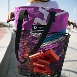 使い古しのカイトサーフィンとパラシュートでバッグを製作し、<br>人身売買の犠牲者に仕事の機会を与える
