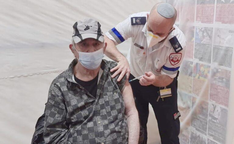 カルネイ・ショムロンの高齢者施設でワクチン接種を行うEMT