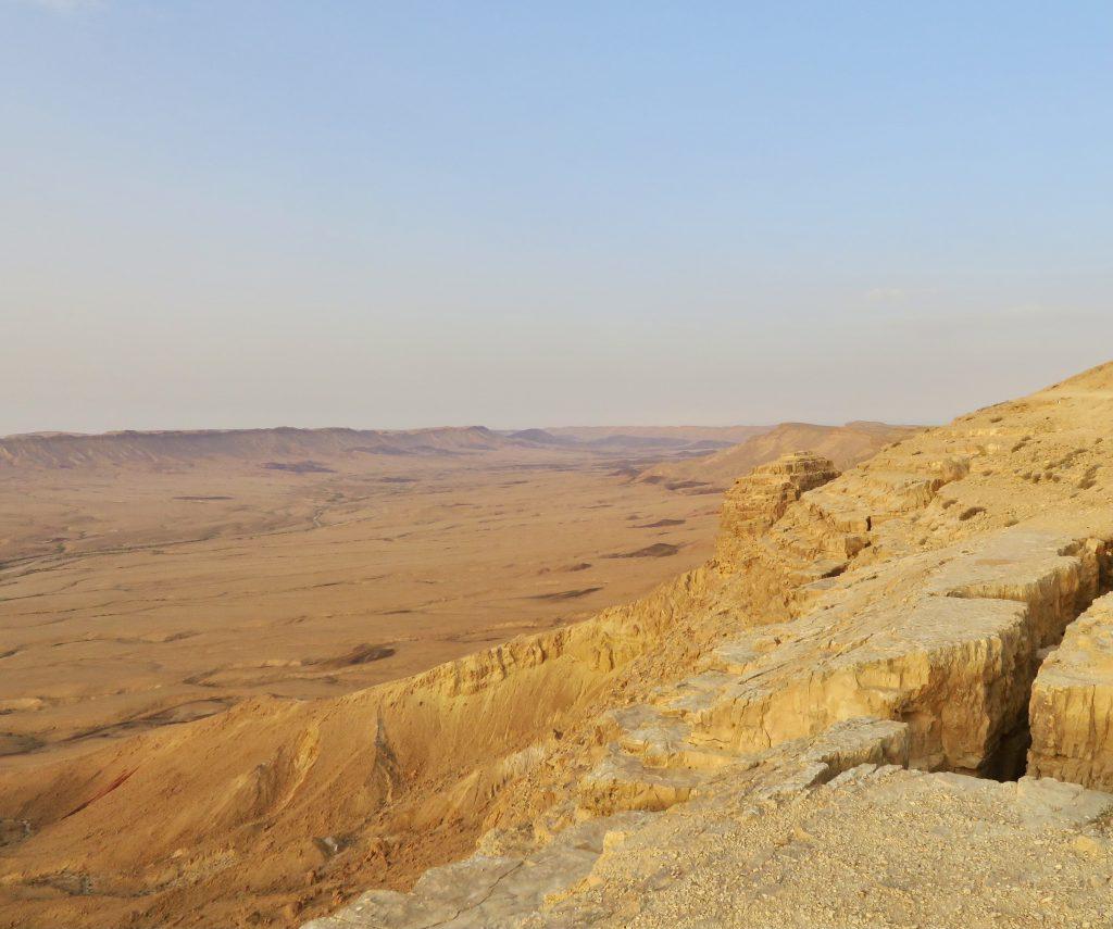 イスラエル南部、ミツペ・ラモン。自然の侵食でできた巨大なクレーターは圧巻。