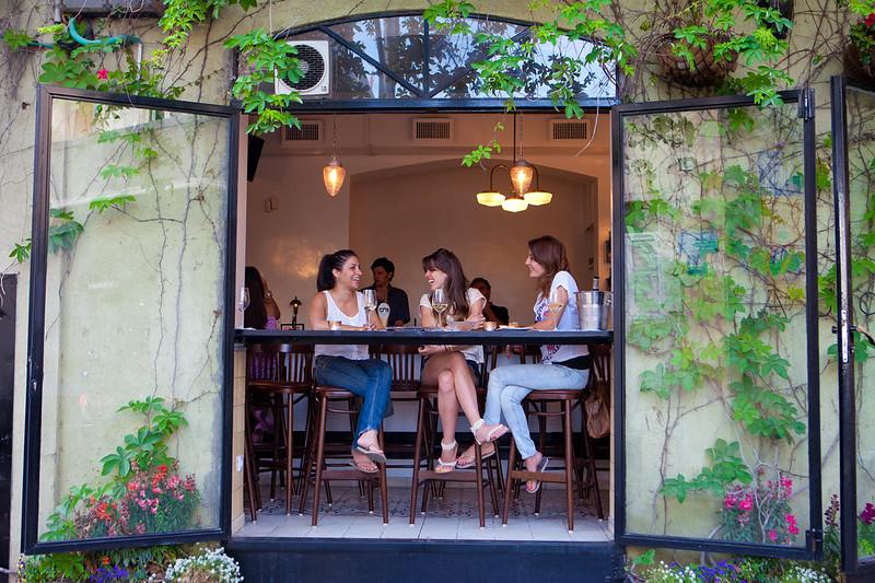 イスラエルのバーで食事を楽しむ女性たち