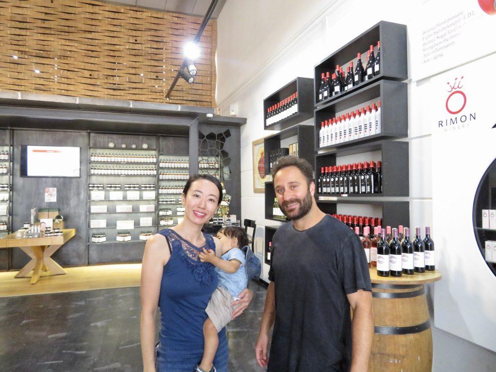 CEOのAvi Nachmias氏と。着いてすぐに息子に果汁100%のザクロジュースを注いでくれました。 こういった場で退屈しがちな息子への温かい心遣いに感動しました。