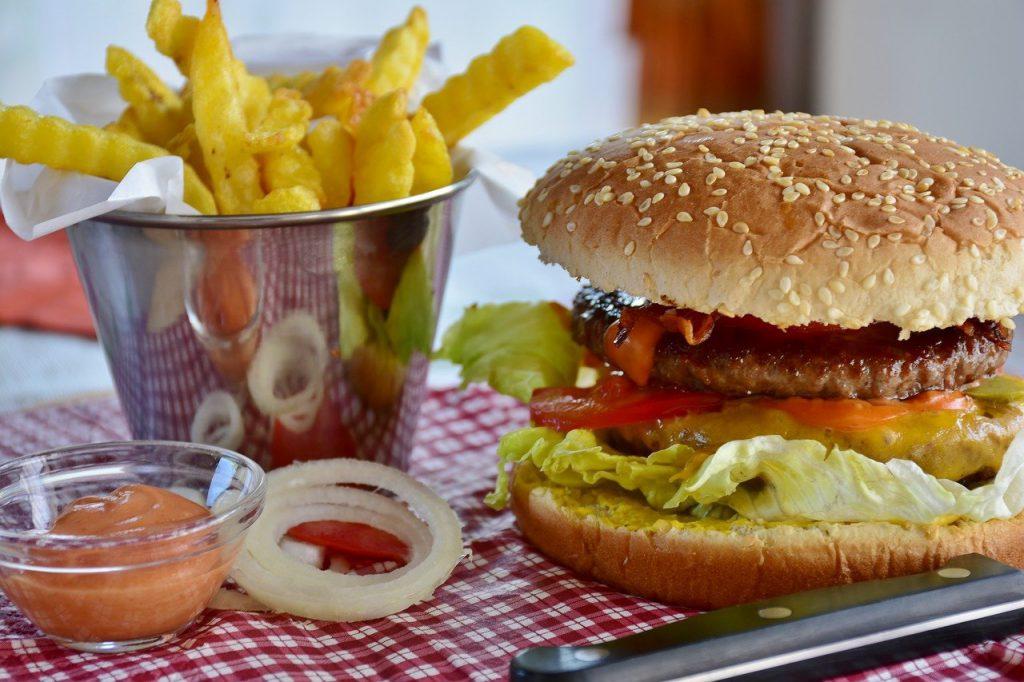 Adomレストランのハンバーガー