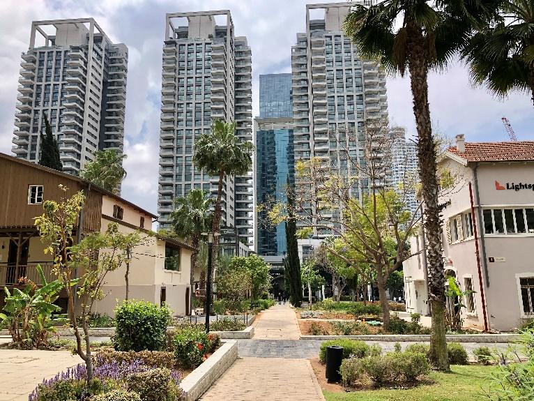 高層ビルの1階がサロナマーケット 手前は19世紀末の西欧風建築物を利用したレストラン等