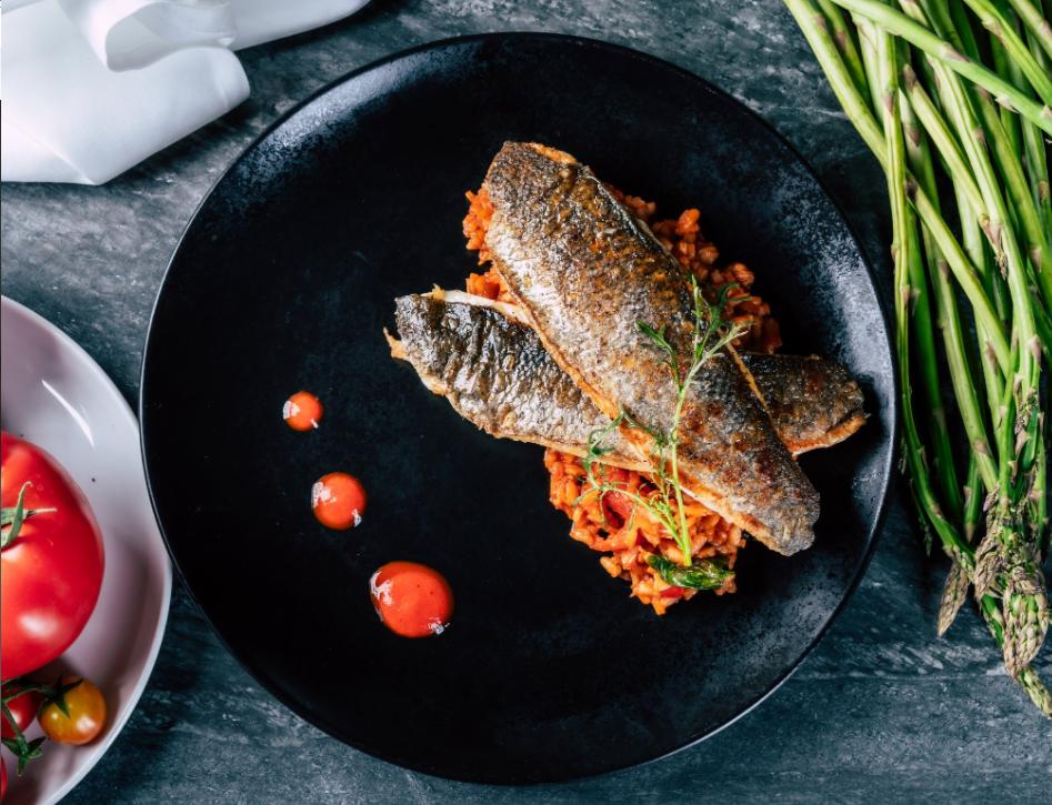 レストランの魚料理