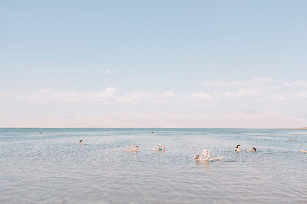 死海に浮かぶ人々
