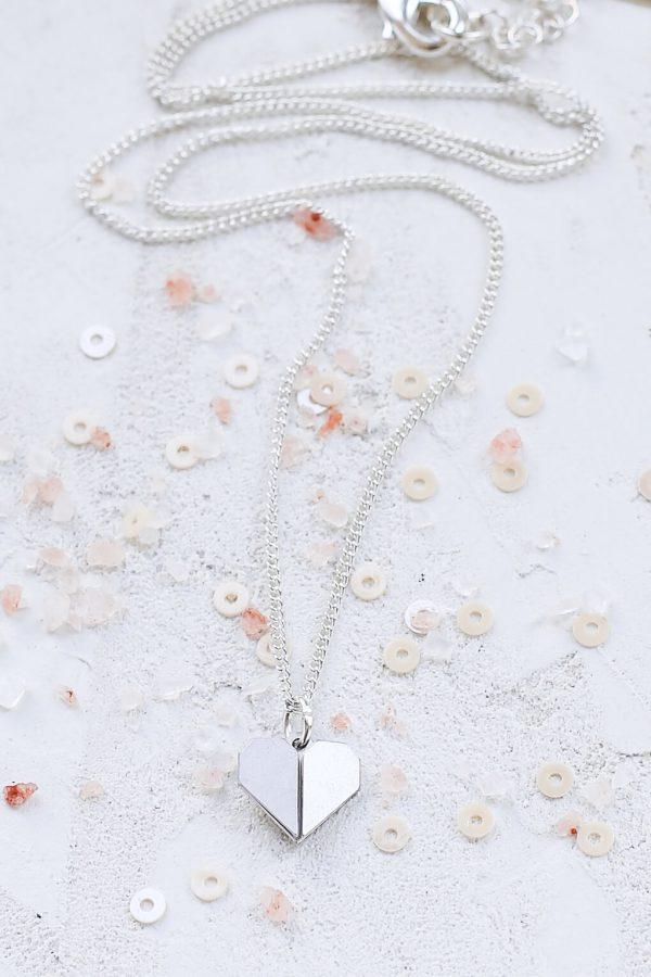 小さな折り紙のハートネックレス