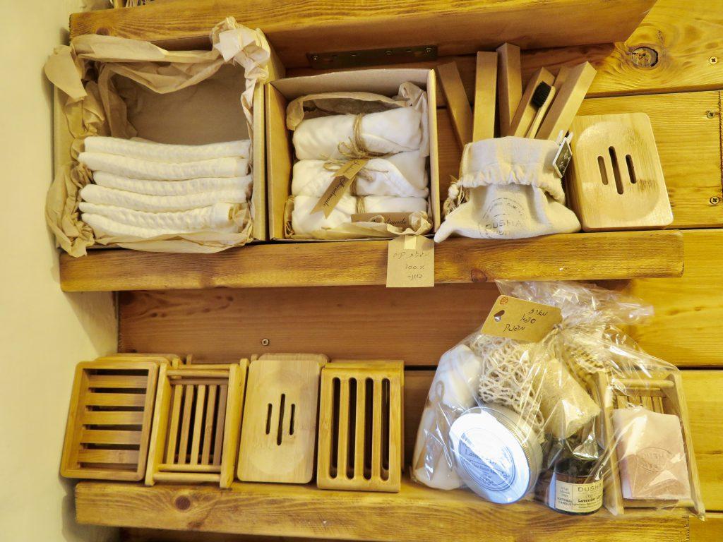 オーガニック素材のガーゼタオルや、歯ブラシ、竹を使ったソープディッシュなども揃えている。