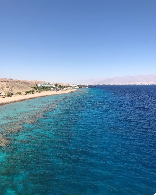 吸い込まれるようなブルーの紅海、奥にうっすら見えるのは隣国ヨルダン