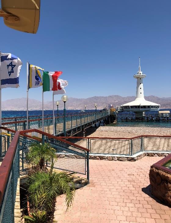 水中展望台海洋公園、奥の白い展望台の下に水中展望台がある