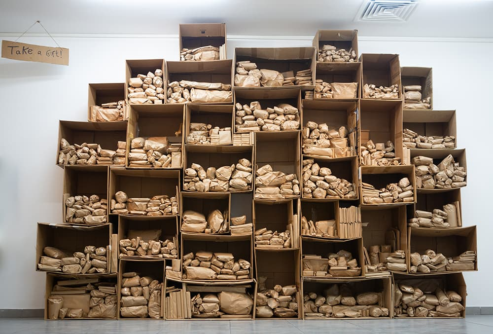 東京ビエンナーレに参加するイスラエル人アーティスト、ダフナ・タルモンの不用品をギフトに変えるプロジェクト、ギフトプロジェクトの様子