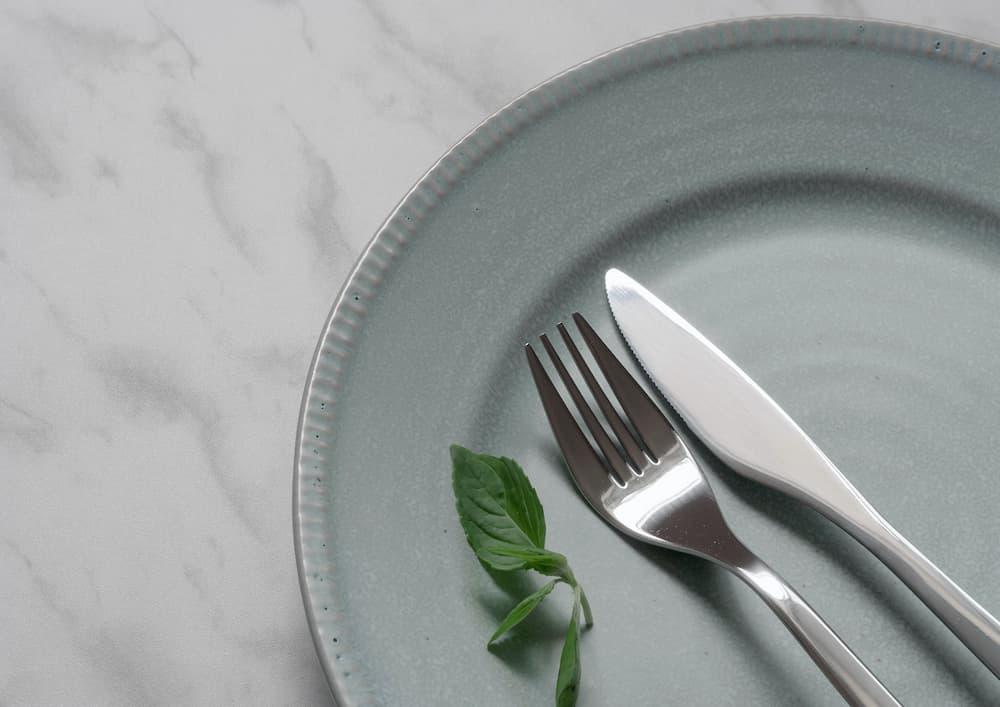 お皿に載ったフォークとスプーン