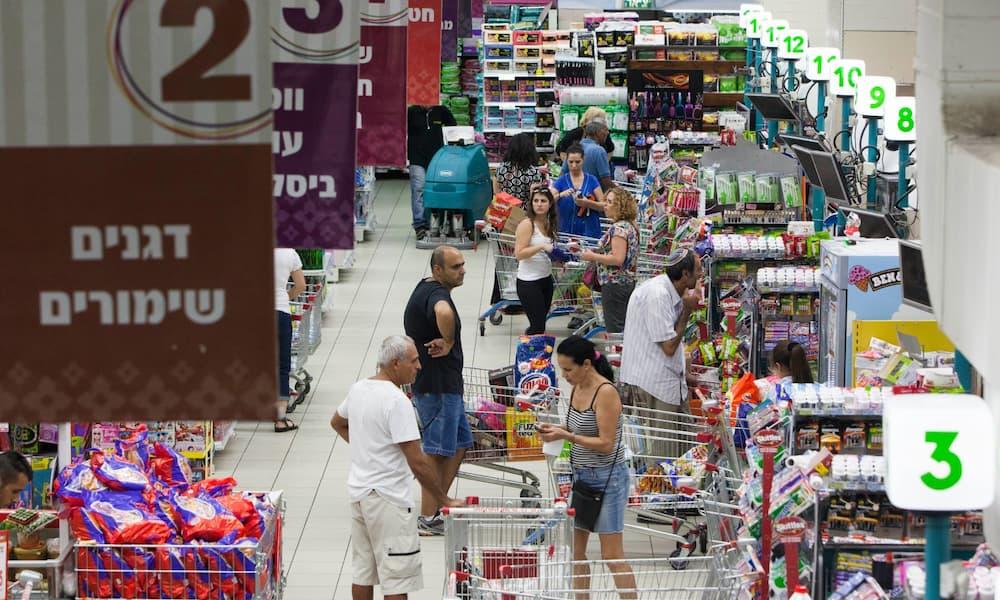 ユダヤ教の新年祭である「ロシュ・ハシャナ」に向けて、エルサレムのスーパーマーケットで買い物をするイスラエルの人々。Photo by Yonatan Sindel/FLASH90