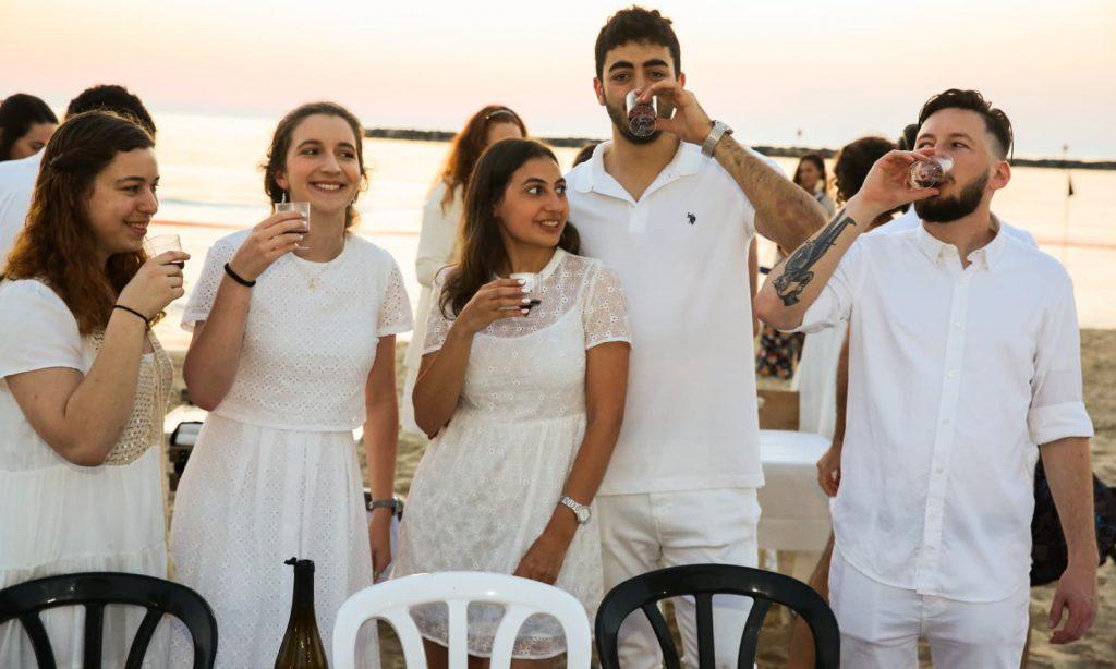 ホワイトナイトディナーの常連客。テルアビブにて。2019年5月15日。Photo by FLASH90